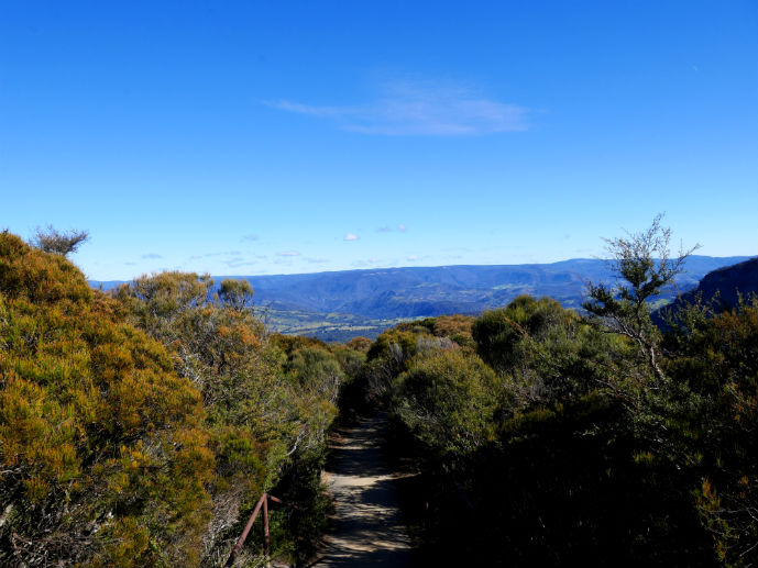 The path leading to Cahills Lookout