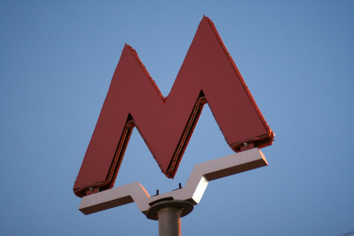 Metro sign - Getting Around Moscow - The Trusted Traveller