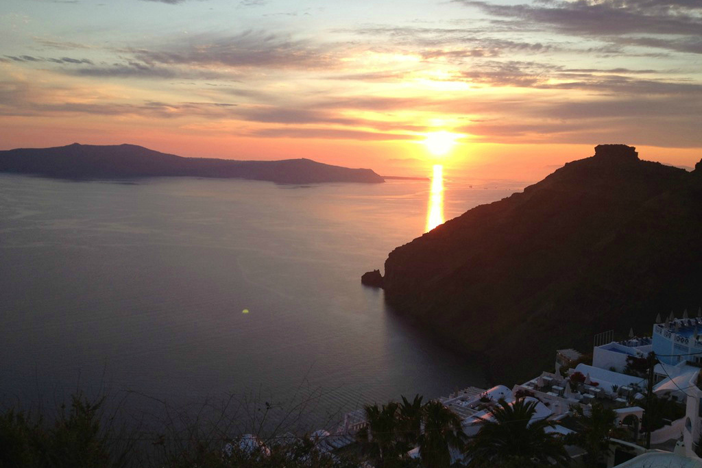 santorini_sunset - 5 Gorgeous Cycladic Islands to Visit - The Trusted Traveller